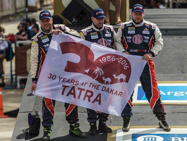 Na rampě při slavnostním startu Dakaru 2016 (zleva) Martin Kolomý, David a René Kiliánovi připomněli, že Tatra slaví letos výročí na dakarské rallye. Sami jedou v Tatře 815 přezdívané FatBoy