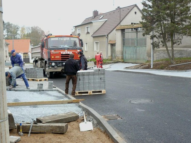 V neděli odpoledne bude zprovozněn úsek silnice III/18032 v Útušicích, který byl z důvodu jeho rekonstrukce od srpna uzavřen