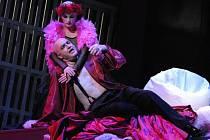 Sólista olomoucké opery Václav Málek nastudoval v Divadle J. K. Tyla vPlzni náročnou roli Heroda v opeře Richarda Strausse Salome (na snímku z generální zkoušky s Petrou Tionovou). Premiéru zhlédne tuto sobotu plzeňské Velké divadlo