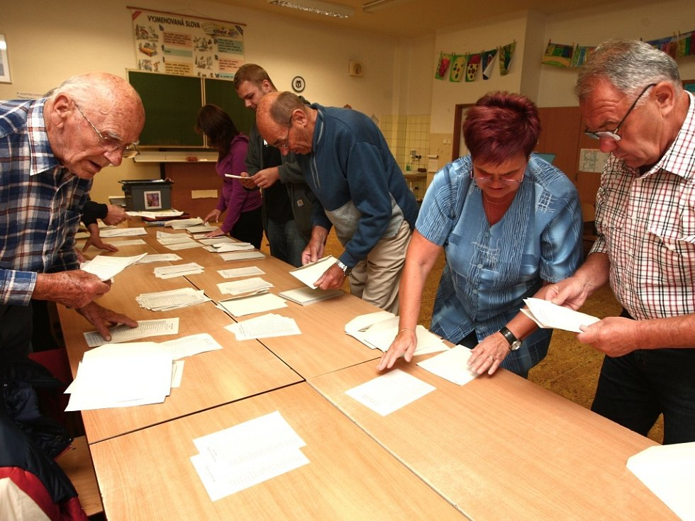 Sčítání volebních výsledků v Plzni.