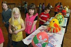 Výstava netradičních kraslic, jak je vidí žáci, se konala v aule 1. základní  školy v Plzni–Lochotíně