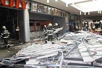 Zřícená stropní konstrukce v předsálí multikina CinemaCity v plzeňské Plaze