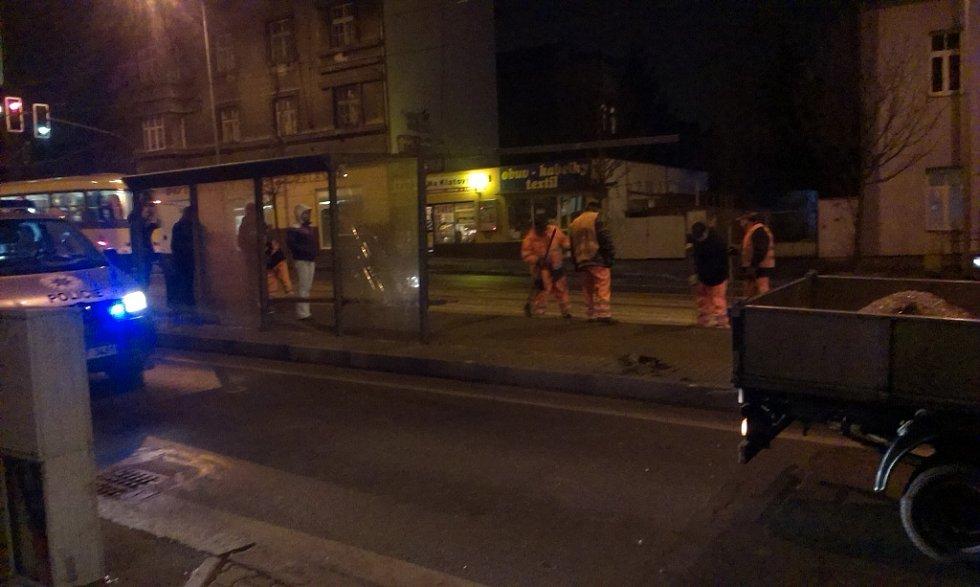 Opilý řidič najel na tramvajovou zastávku