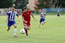 Fotbalisté Tachova porazili Převýšov 3:1. Na snímku svádí tachovský René Kropáček (vpravo) běžecký souboj s hostujícím Petrem Veselkou.