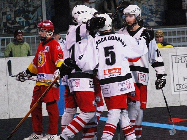 Častý důvod k radosti měli mladší dorostenci Snacku Dobřany, kteří v domácím prostředí porazili ve čtvrtfinále play-off extraligy celek Toptrans Jihlava 4:3 a 8:3