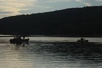 Pátrání po tonoucím chlapci na přehradě Hracholusky. Hasiči našli jeho tělo po třech hodinách