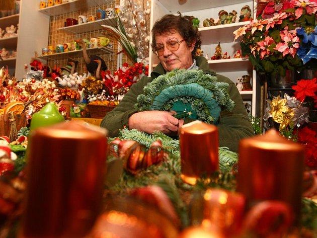 Výrobu adventních věnců předvedla ve Slaměnce Lída Hurtová, která připravuje věnce i na památník v Lidicích