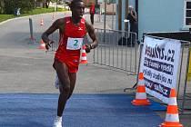 VÍTĚZ. Nikým neohrožován si  keňský vytrvalec  Boash Mayaka běží pro prvenství ve včerejším premiérovém ročníku Plzeňského půlmaratonu.