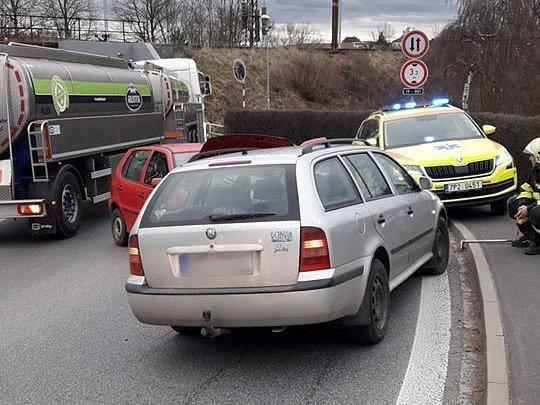 Nehoda dvou osobních aut vNezvěsticích