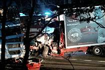 Řidič dodávky naboural do odstaveného kamionu