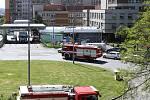 Plzenští policisté, hasiči a strážníci poděkovali lékařům, zdravotním sestrám a záchranářům za jejich nasazení v první linii při koronavirové epidemii. Zásahovými vozidly se zapnutými majáky a sirénami projeli kolem brány Fakultní nemocnice na Lochotíně.