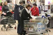 O druhém adventním víkendu lidé nakupovali především potraviny. Slevy hraček příliš nelákaly