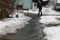 Plzeňská Hřbitovní ulice se kvůli prasklému vodovodnímu potrubí proměnila v ledovou plochu.
