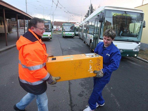Pracovníci dopravních podniků v těchto dnech začali s odstraňováním jízdenkových automatů, tento byl na konečné trolejbusů v Zábělské ulici. Dopravní podniky nabídly automaty k prodeji, zájem mají sběratelé i dopravní podniky jiných měst