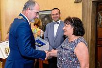 Dcera Ladislava Hejdánka Martina Kutišová přebírá za svého otce od primátora Martina Zrzaveckého cenu 1. června