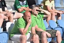 Trenér Rokycan Milan Dejmek (vlevo v zeleném tričku) musel přijmout porážku svého týmu na půdě Domažlic B.