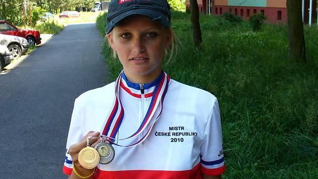 Juniorka Zuzana Šmídová ukazuje medaile,  které vybojovala na mistrovství ČR v silniční cyklistice