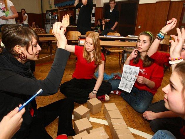 Tělocvična 2. základní školy ve Schwarzově ulici se v pátek proměnila v soutěžní studio