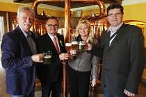 V salonku Pivovaru-restaurantu Modrá Hvězda v Dobřanech se ve čtvrtek tamní zastupitelé v čele se starostou Markem Sýkorou (druhý zleva) setkali se starostou slovinského města Brežice Ivanem Molanem (vpravo)