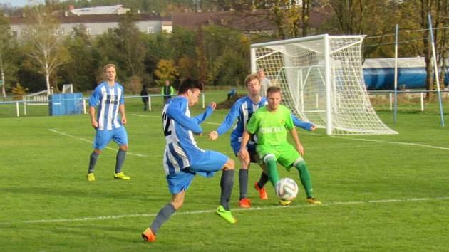 Fotbalisté Staňkova (v pruhovaném), posledním tým krajského přeboru, si zahrají proti plzeňské Viktorii.