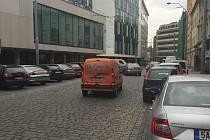 Goethova ulice bývá ucpaná auty. Nově budou auta parkovat v místě zastávky Muzeum, tato zastávka se totiž přesune do Gooethovy ulice k rybárně