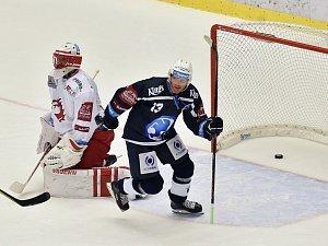 Plzeňský útočník Václav Nedorost (na snímku v modrém dresu) chvíli po brance obránce Škody Jakuba Kindla.