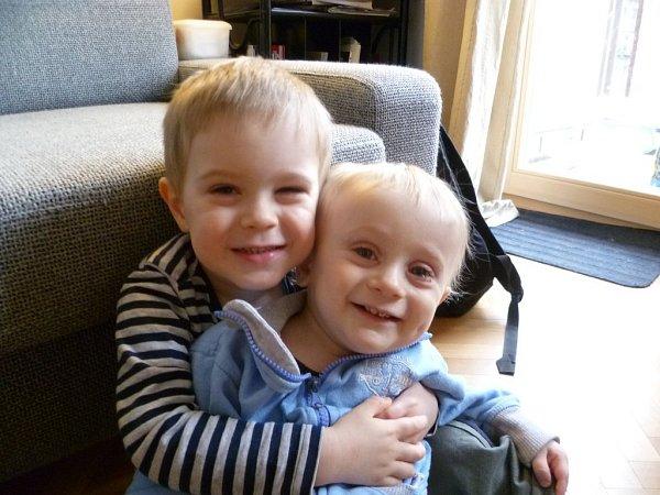 Tomášek se starším bratrem Jonáškem, který už od mala chápe, že je jeho mladší bráška tak nějak mimořádný