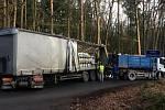 U Ledců havaroval kamion převážející sudy s pivem.