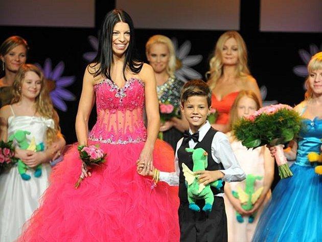 Hana Vilímková se synem Viktorem postoupili do finále soutěže Missis 2015 spolu s  dalšími čtrnácti páry.