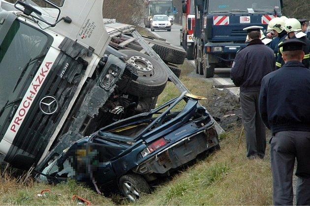 Osmnáctiletý řidič zřejmě boural ve vysoké rychlosti. Rozsáhlým zraněním, která utrpěl,  mladík na místě podlehl.