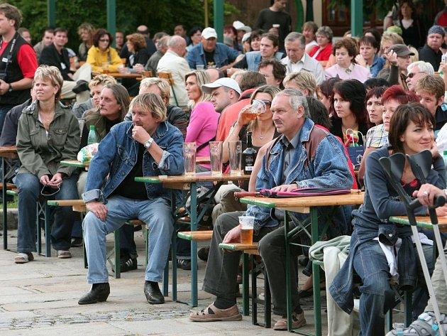 NÁVŠTĚVNÍCI KONCERTU. Do areálu Plzeňského Prazdroje přišlo v sobotu na charitativní koncert přes 1000 lidí. Na Kojenecký ústav s dětským domovem v Plzni se vybralo 40 tisíc.