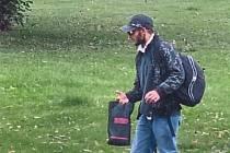 Policie prosí o pomoc s identifikací tohoto muže.
