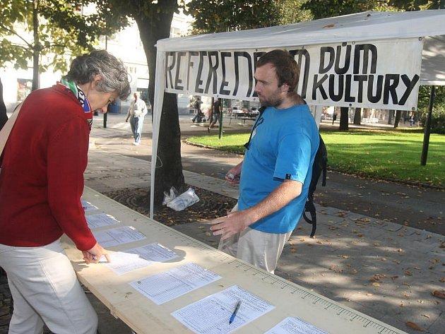Plzeňané se od úterý podepisují U Branky na petiční archy k vypsání referenda