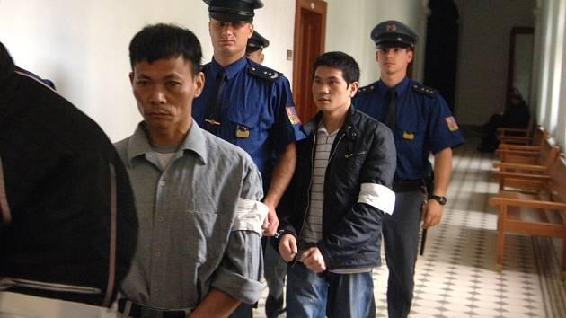 Thu Nguyen Tien (vlevo) a Long Do Van odcházeli od soudu s vysokými nepodmíněnými tresty za distribuci pervitinu