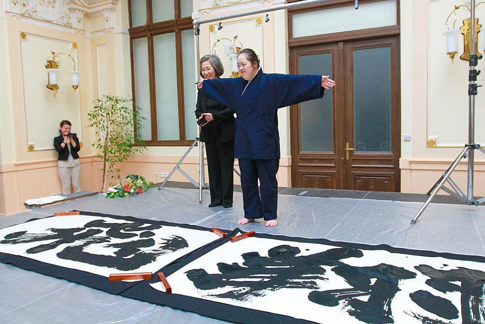 Japonská umělkyně Shōko Kanazawa, která je postižena Downovým syndromem, je jednou z největších osobností světové kaligrafie. Do Plzně zavítala se svou matkou Yasuko Kanazawa, jež je její nejbližší spolupracovnicí a oporou