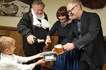 Novou knihu o emigraci Jiřího Boudníka (vpravo na snímku) a jeho rodiny z Československa do Ameriky pokřtil ve čtvrtek  večer v Osterii v Martinské ulici v Plzni významný fotograf Antonín Kratochvíl (na snímku vlevo).