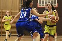 Basketbalistky BaKu Plzeň (č. 13 Jana Krumposová) prohrály o víkendu oba své druholigové duely
