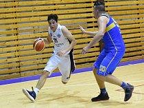 Basketbalisté Lokomotivy podlehli v domácím prostředí Jindřichovu Hradci. Na snímku se snaží uniknout soupeři plzeňský Martin Mach (v bílém).