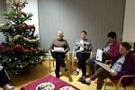 U stromečku v SeneCura Seniorcentru Plzeň se sešla necelá dvacítka klientů, kteří si přišli v tento předvánoční čas zazpívat. Nejstaršímu bylo již 94 let. Koledy se tolik zalíbily, že zde zpívali hned deset písní. Celá akce se nesla v rodinném duchu