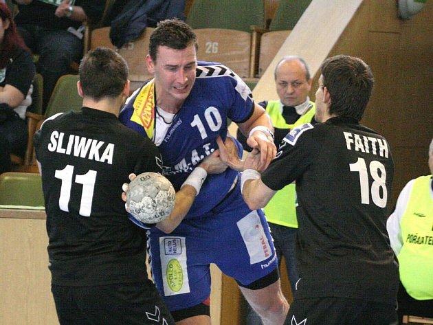 Plzeňský házenkář Vojtěch Šik (uprostřed) se prodírá obranou Karviné během včerejšího utkání 18. kola extraligy. Západočeši na půdě mistra prohráli 29:31