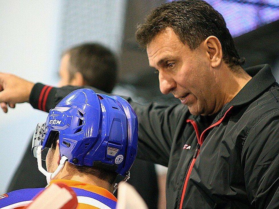 Jiří Kučera se hokeji věnuje dál jako trenér.