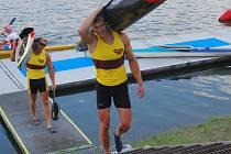 Odchovanec Prazdroje a nynější člen Dukly Praha Radek Šlouf nese po vítězství na mistrovství republiky na trati 500 metrů svou loď na vážení