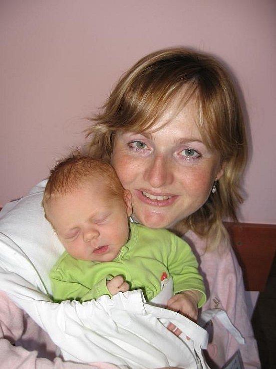 Vladimír Regner zChlumčan i jeho desetiletý syn Vládík jsou fotbalisté a proto se moc těší, až jim přijde fandit smaminkou Terezkou novorozená dcera Natálka (2,90 kg/48 cm), která se narodila 5. září třiadvacet minut po poledni ve FN vPlzni