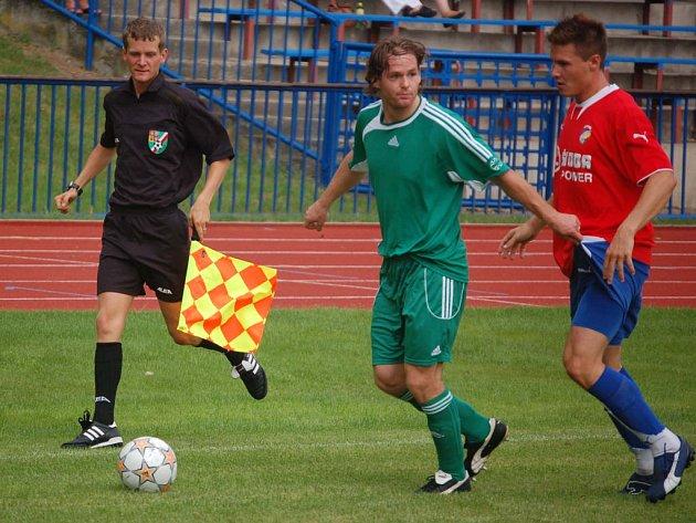 Lukáš Čížek z FK Tachov (vlevo) si kryje míč před  Jakubem Dvořákem z Viktorie Plzeň B v sobotním přípravném utkání v Tachově.
