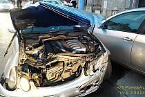 Nehoda dvou osobní aut v Plzni na Husově náměstí