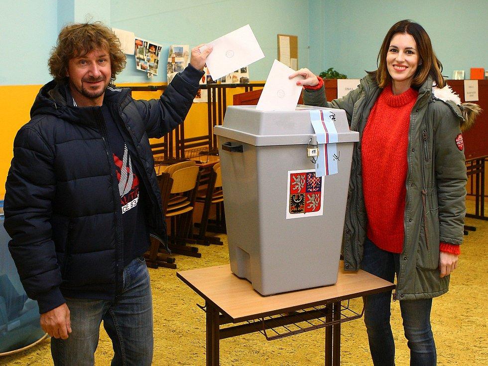 Jachtař David Křížek a bývalá Miss České republiky Lucie Křížková ve volební místnosti.