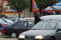 Prodejce vyhlíží na parkovišti dalšího zákazníka