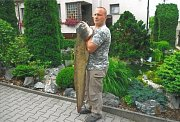 """Představujeme rybáře Pavla Krause z Vejprnic a jeho zatím největší úlovek, ze Mže vytaženého sumce. Ryba měřila úctyhodných 150 cm a vážila 22 kg. """"Tímto bychom chtěli Petrovi k úlovku pogratulovat a do budoucna mu přejeme mnoho úspěchů při rybaření,"""" vzk"""
