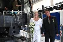 Škodovácká přesuvna se v pátek změnila v obřadní síň. Martina Kochtová a Ivan Kolář se vzali v kolébce tramvají a lokomotiv