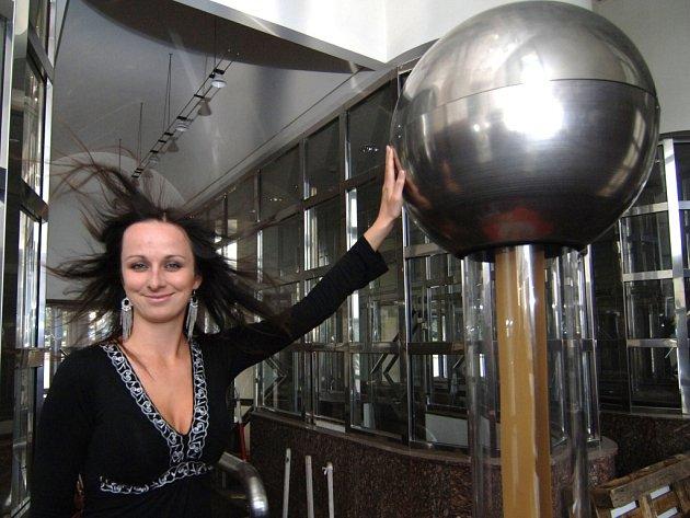 Monika Kovandová ze science centra Techmania zkouší na vlastní kůži, nebo spíše vlasy, jeden z exponátů centra, Van de Graafův generátor. Veřejnosti bude společně s několika dalšími představen zítra na Noci vědců, která se v Plzni koná podruhé.